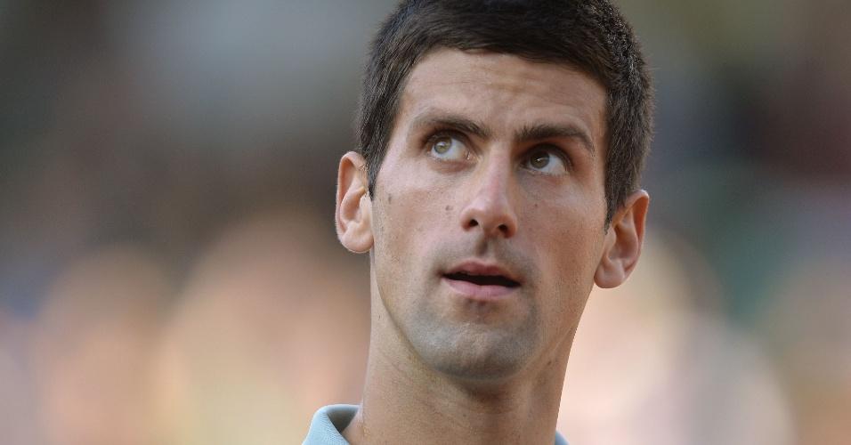 01.jun.2013 - Novak Djokovic se prepara para receber saque de Grigor Dimitrov durante partida pela 3ª rodada de Roland Garros