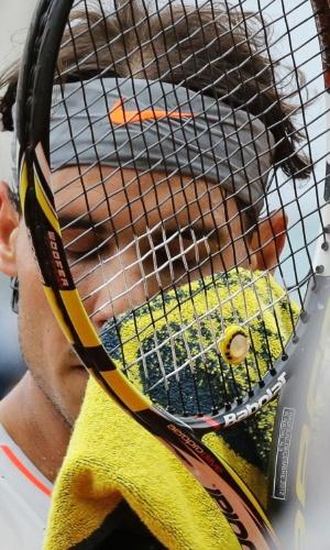 01.jun.2013 - Rafael Nadal enxuga suor durante jogo contra Fabio Fognini pela 3ª rodada de Roland Garros