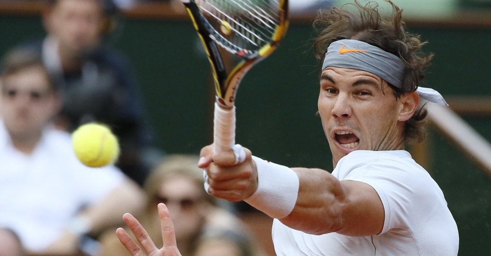 01.jun.2013 - Rafael Nadal rebate a bolinha durante a partida contra Fabio Fognini pela 3ª rodada de Roland Garros