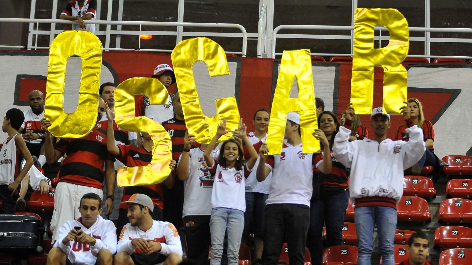 01.jun.2013 - Torcida do Flamengo homenageia Oscar na final do NBB contra Uberlândia