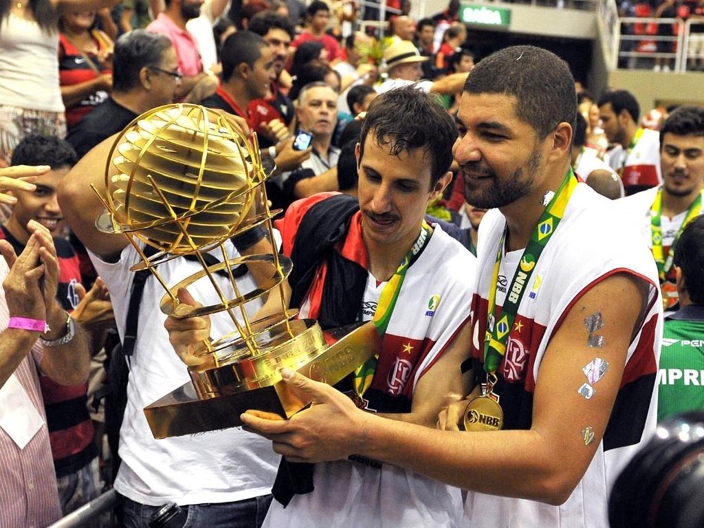 1º.jun.2013 - Alas Duda e Olivinha carregam o troféu do bicampeonato do NBB do Flamengo