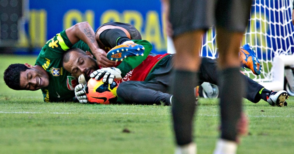 1º.jun.2013 - Hulk e Diego Cavalieri 'brigam' pela bola durante treino no Maracanã