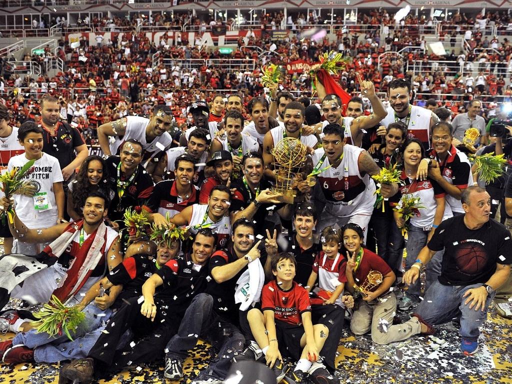 1º.jun.2013 - Jogadores do Flamengo comemoram o segundo título do clube no NBB