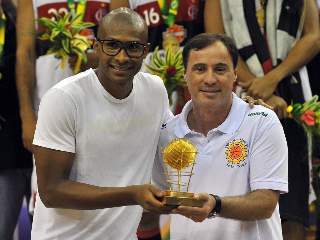 1º.jun.2013 - Leandrinho também entrega prêmio a Régis Marrelli, técnico do time de São José dos Campos