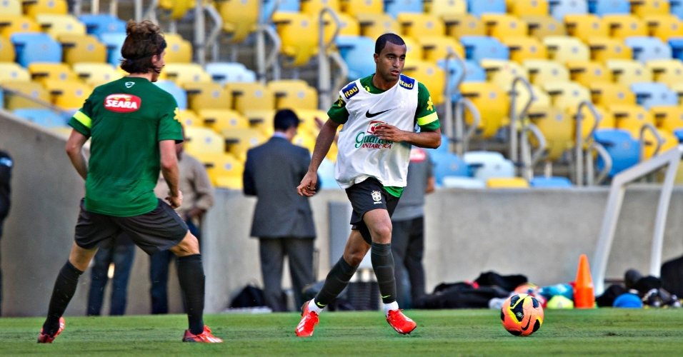 1º.jun.2013 - Lucas, que deve ser titular contra a Inglaterra, toca a bola durante o treino da seleção brasileira no Maracanã