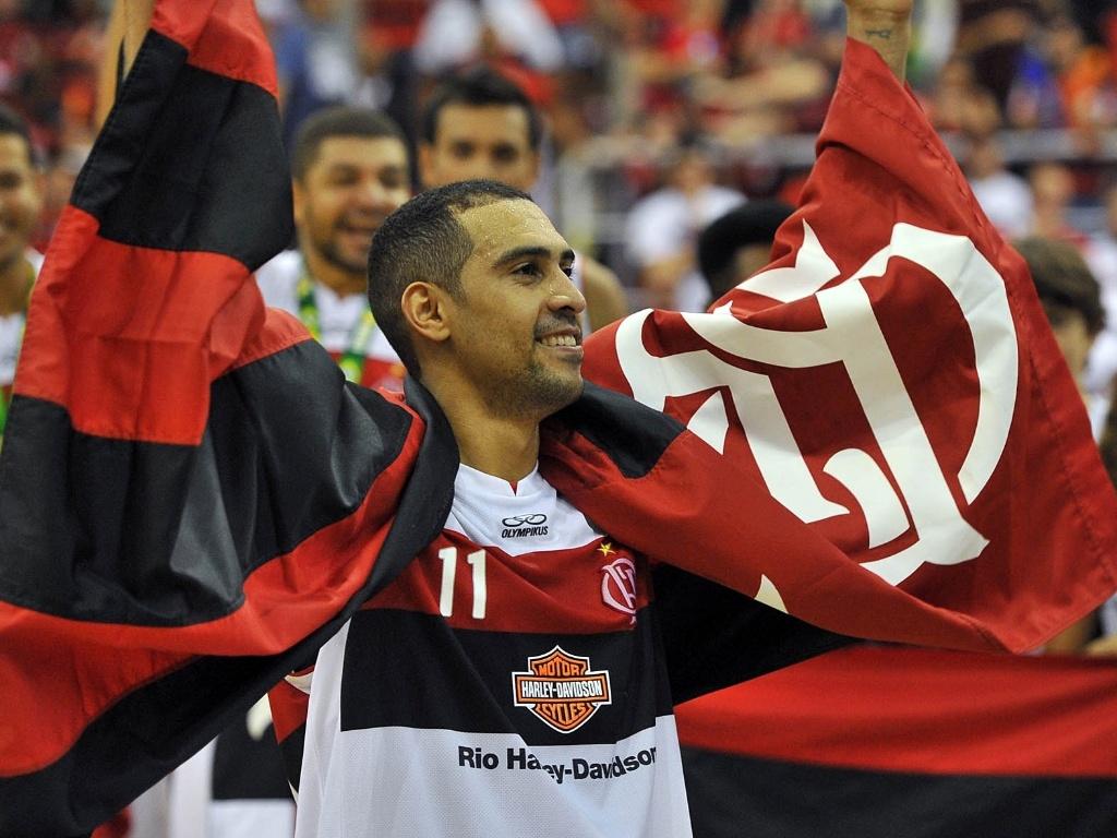 1º.jun.2013 - Marquinhos comemora a vitória do Flamengo na final do NBB sobre Uberlândia