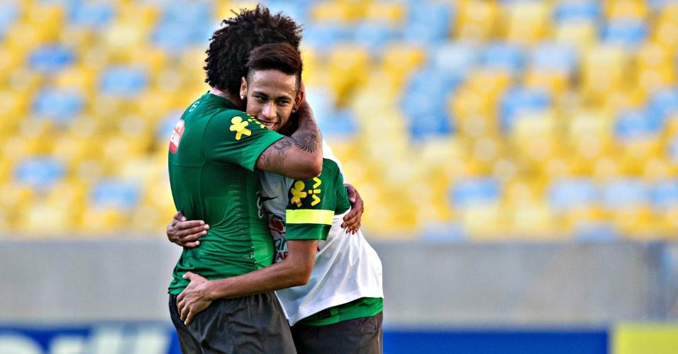 1º.jun.2013 - Neymar e Marcelo se abraçam durante treino e atacante brinca com companheiro
