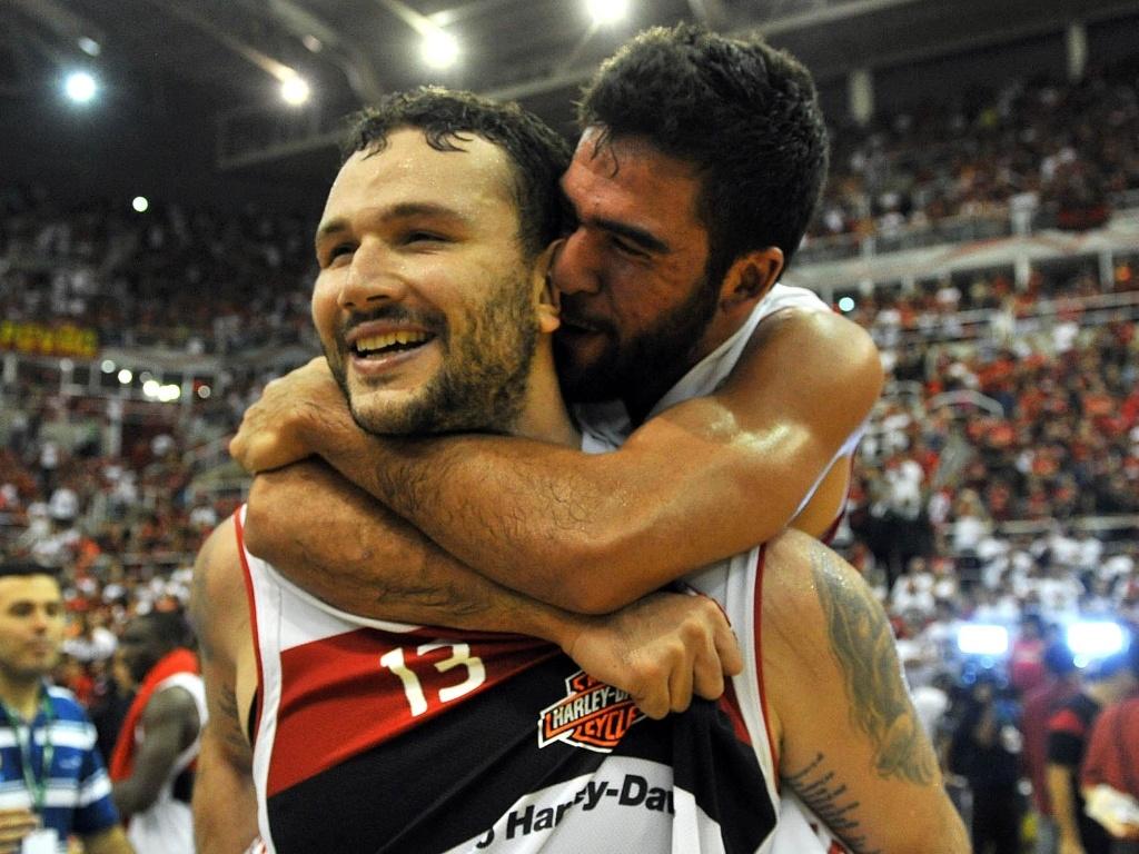 1º.jun.2013 - Pivô Caio Torres, cestinha da decisão, é abraçado por companheiro de time após o fim da partida