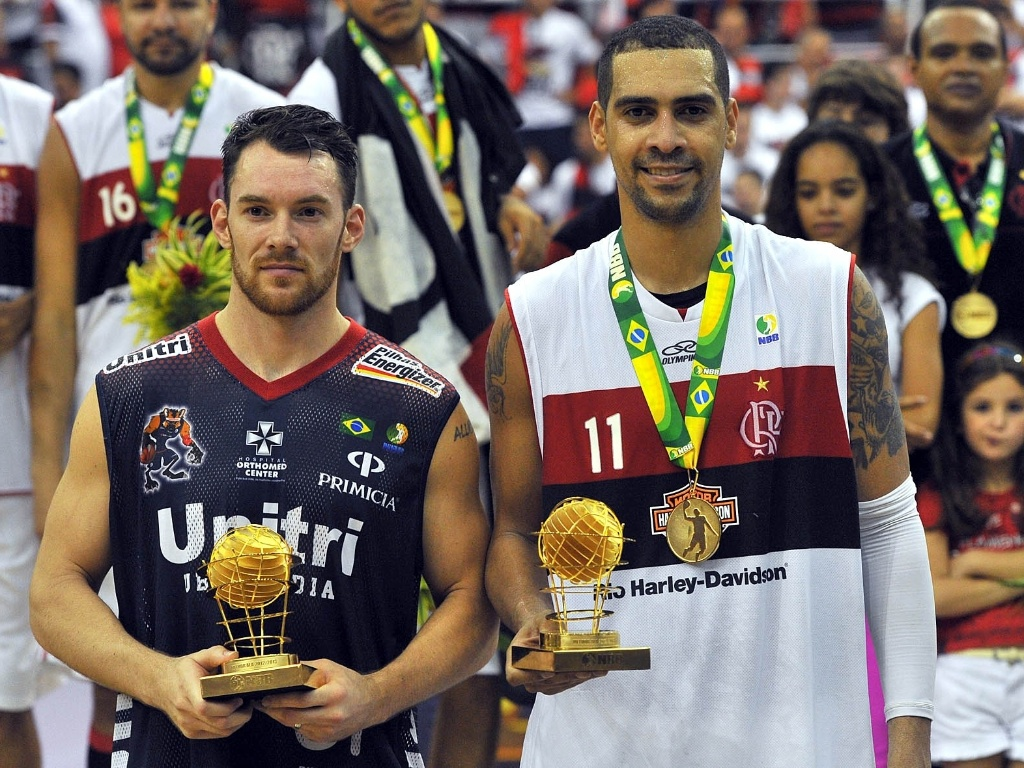 1º.jun.2013 - Robert Day, de Uberlândia, e Marquinhos, do Flamengo, também recebem prêmios