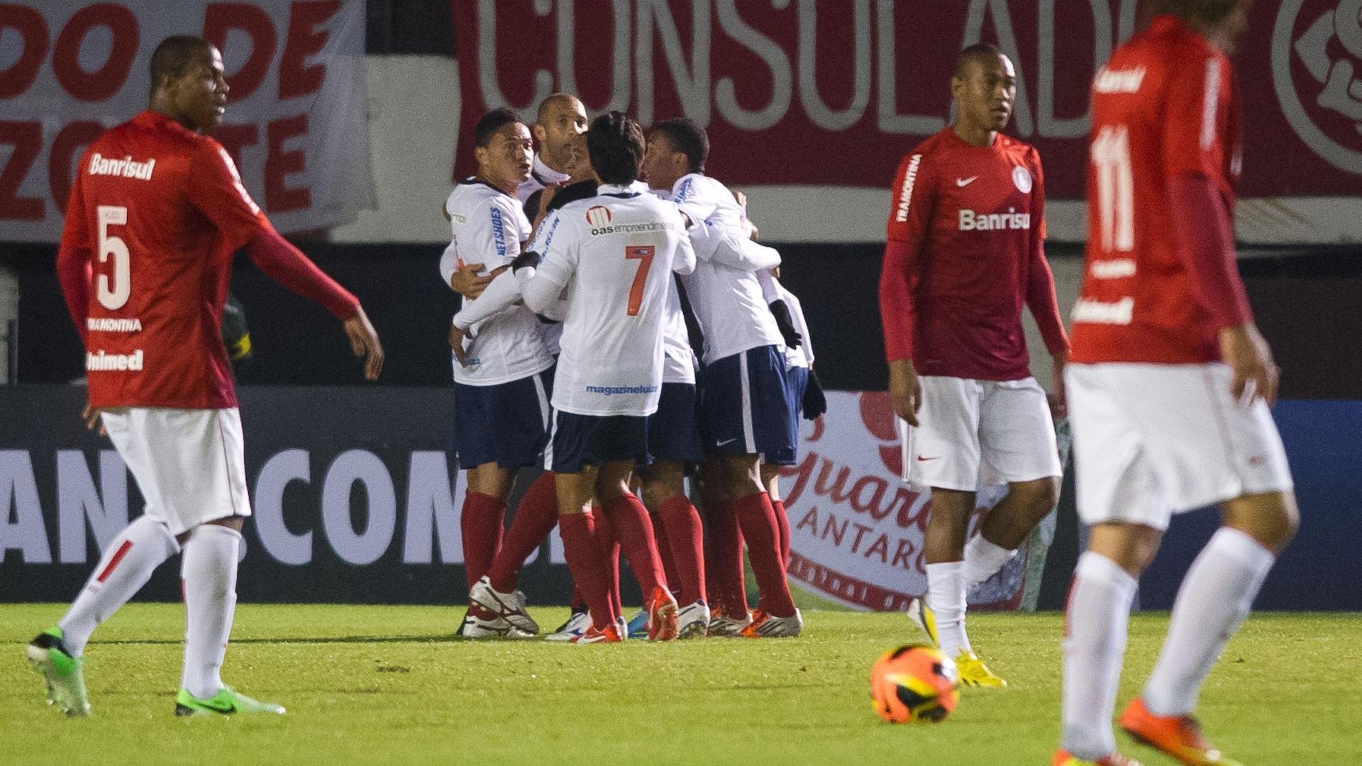 02.06.13 - Jogadores do Bahia comemoram gol do time contra o Inter em Caxias do Sul pelo Brasileirão
