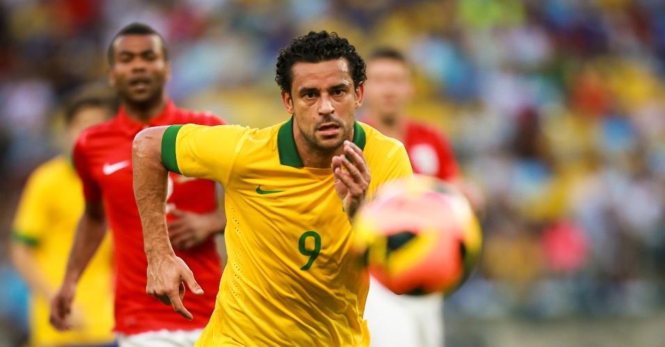 02.jun.2013 - Autor do primeiro gol do jogo, Fred observa a bola durante amistoso entre Brasil e Inglaterra