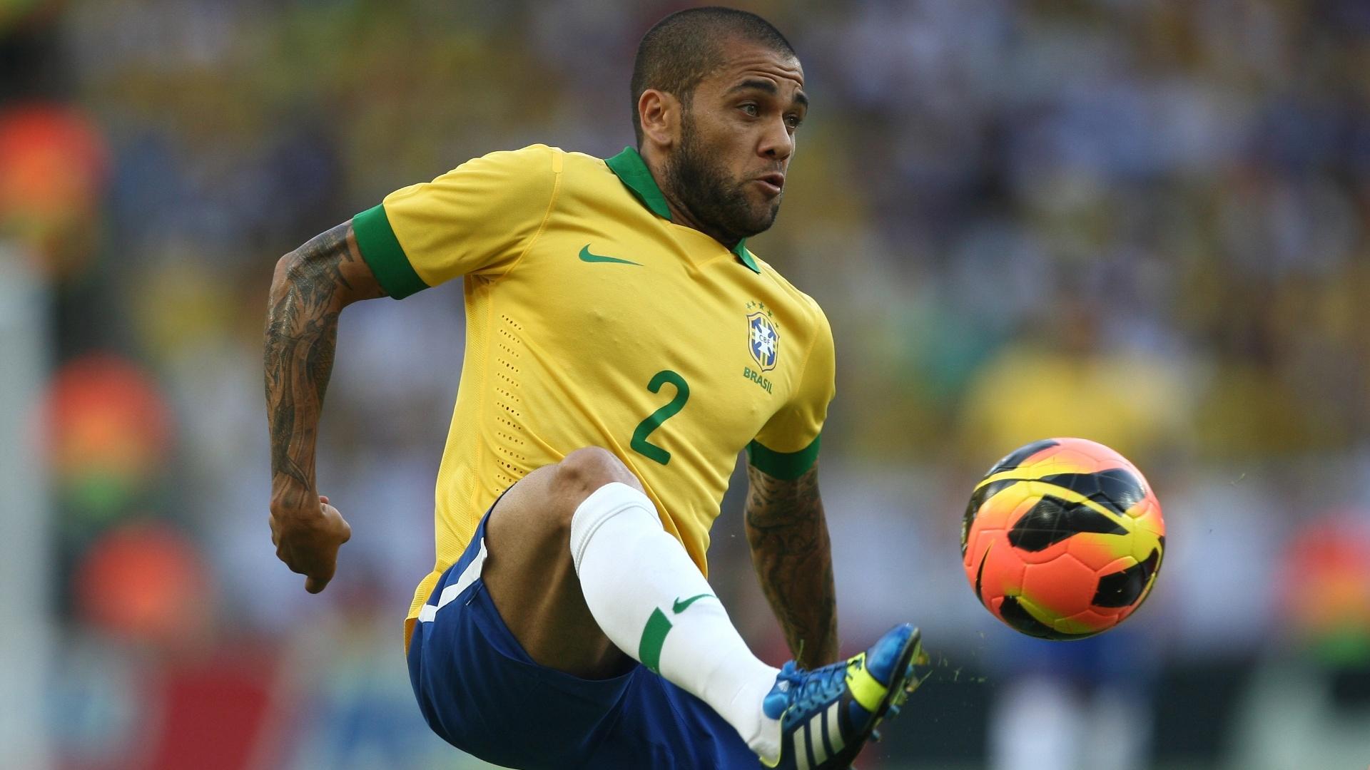 02.jun.2013 - Daniel Alves domina a bola durante amistoso entre Brasil e Inglaterra no Maracanã