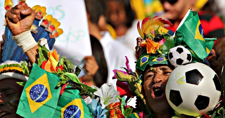 02.jun.2013 - Fantasiado, torcedor vibra nas arquibancadas do Maracanã antes da partida entre Brasil e Inglaterra