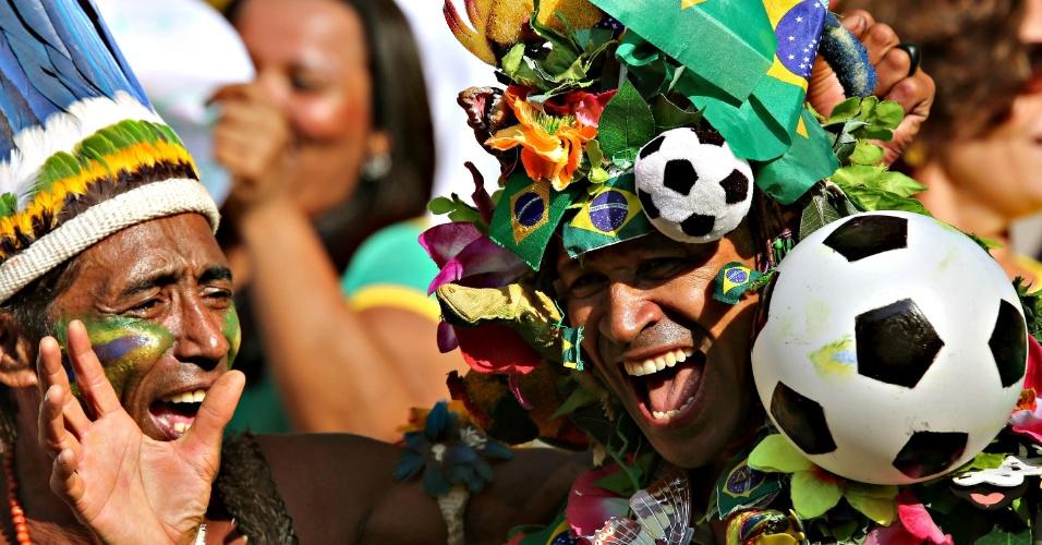 02.jun.2013 - Fantasiados, torcedores se divertem nas arquibancadas do Maracanã antes da partida entre Brasil e Inglaterra