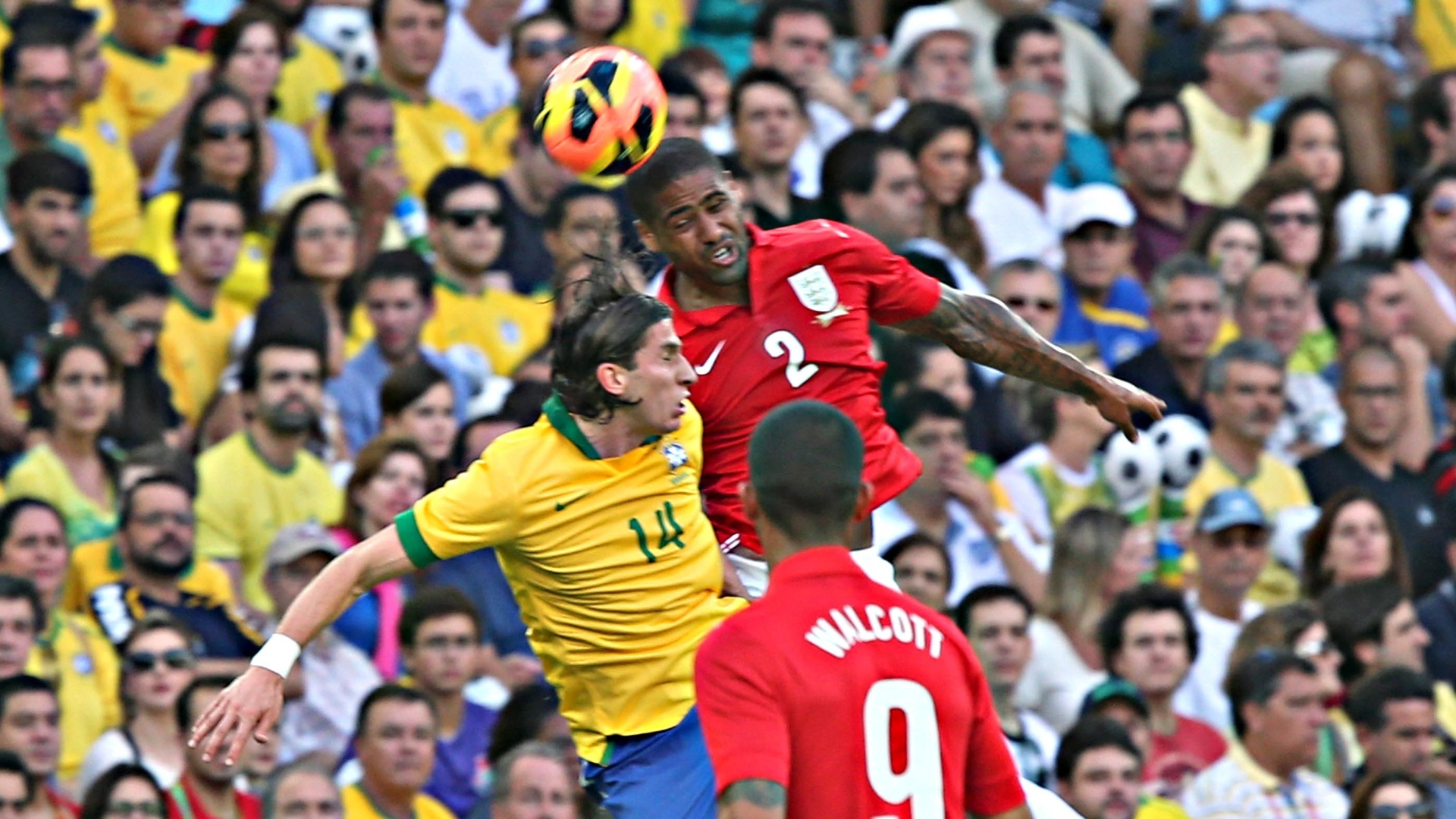 02.jun.2013 - Filipe Luiz disputa bola aérea com zagueiros da Inglaterra durante amistoso no Maracanã