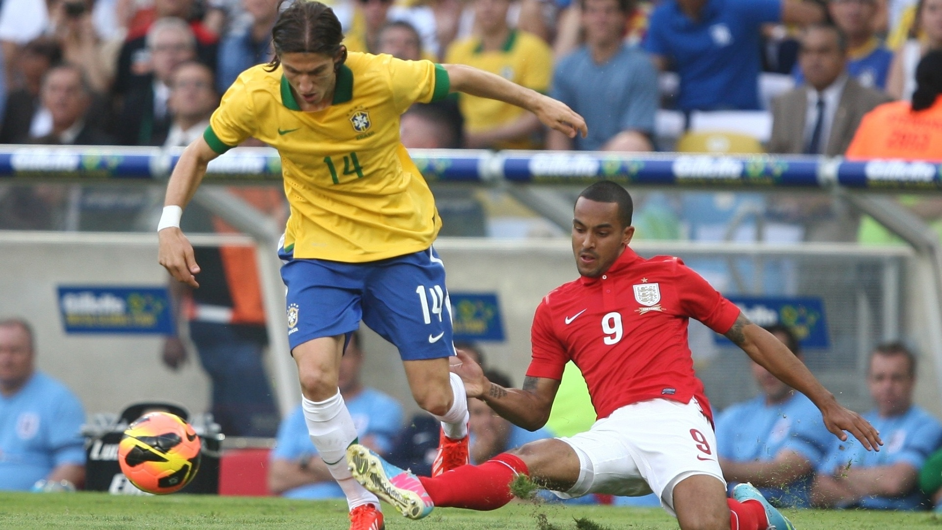 02.jun.2013 - Filipe Luiz escapa de carrinho de Theo Walcott na partida contra a Inglaterra no Maracanã