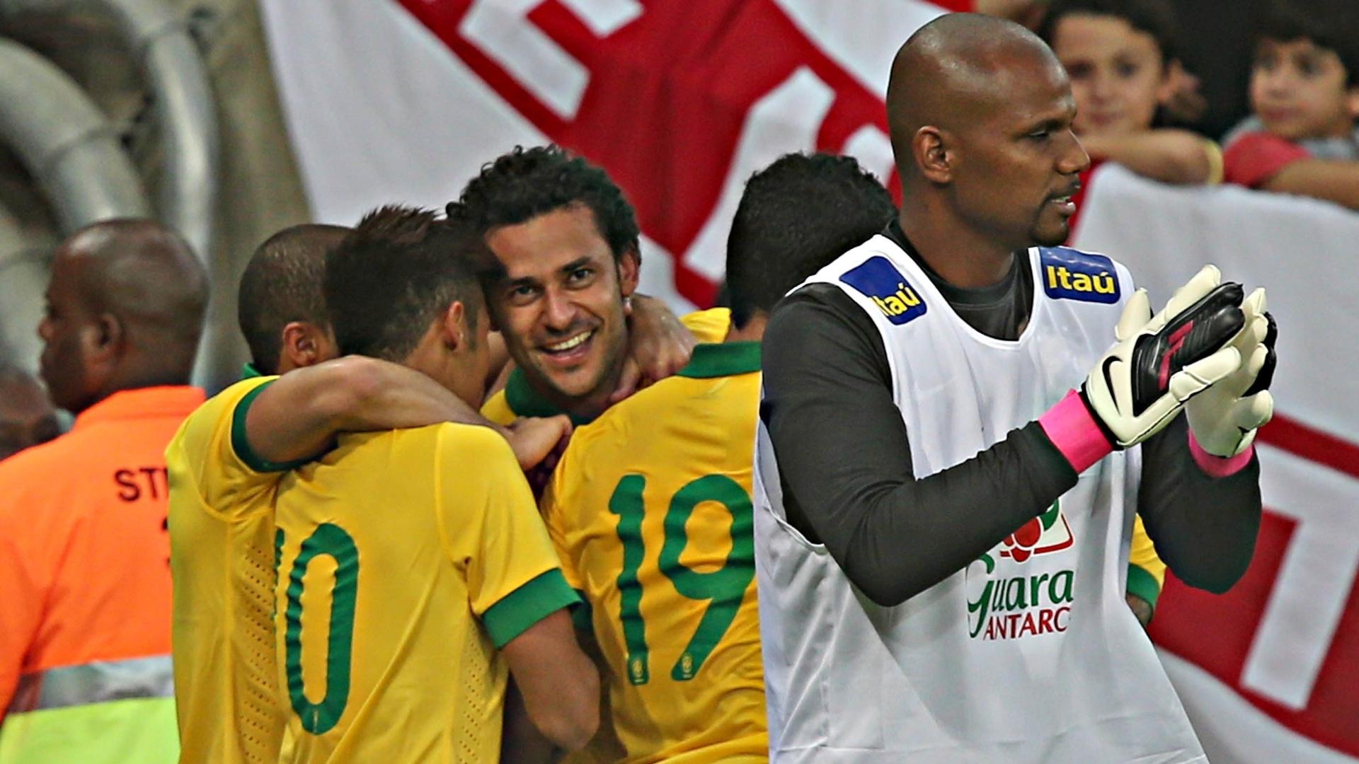 02.jun.2013 - Fred comemora com companheiros de seleção gol marcado para o Brasil contra a Inglaterra