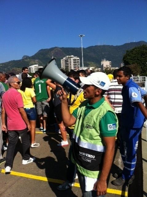 02.jun.2013 - Funcionários orientam com alto-falantes os portões indicados para a entrada no Maracanã.