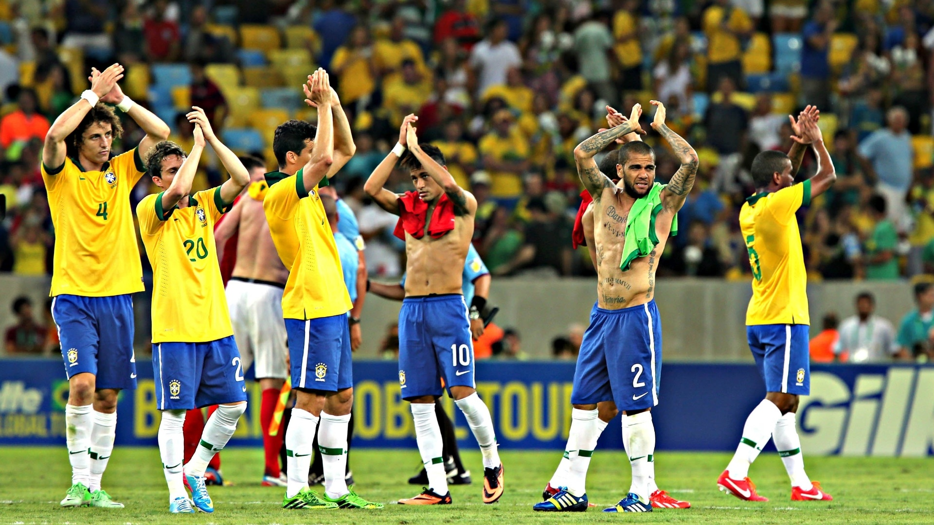 02.jun.2013 - Jogadores da seleção aplaude torcida no Maracanã após empate com a Inglaterra