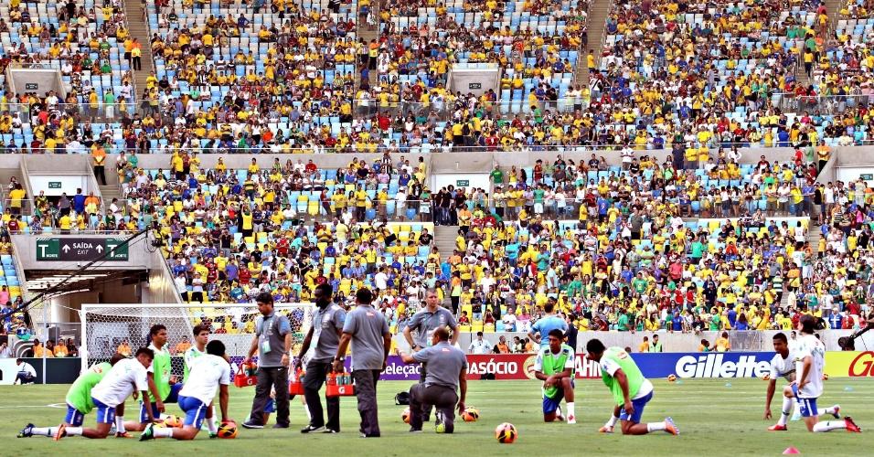 02.jun.2013 - Jogadores da seleção brasileira fazem aquecimento no gramado do Maracanã antes da partida contra a Inglaterra