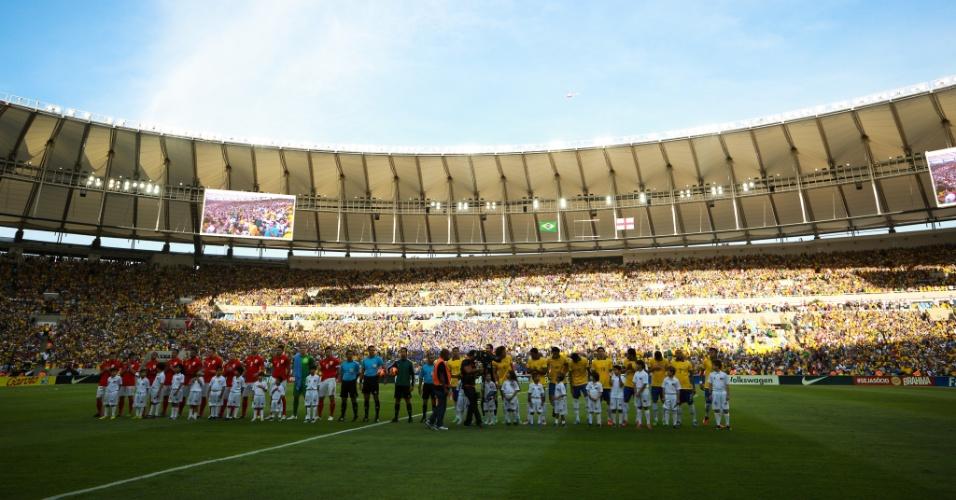02.jun.2013 - Jogadores de Brasil e Inglaterra aguardam os hinos nacionais antes de amistoso no Maracanã
