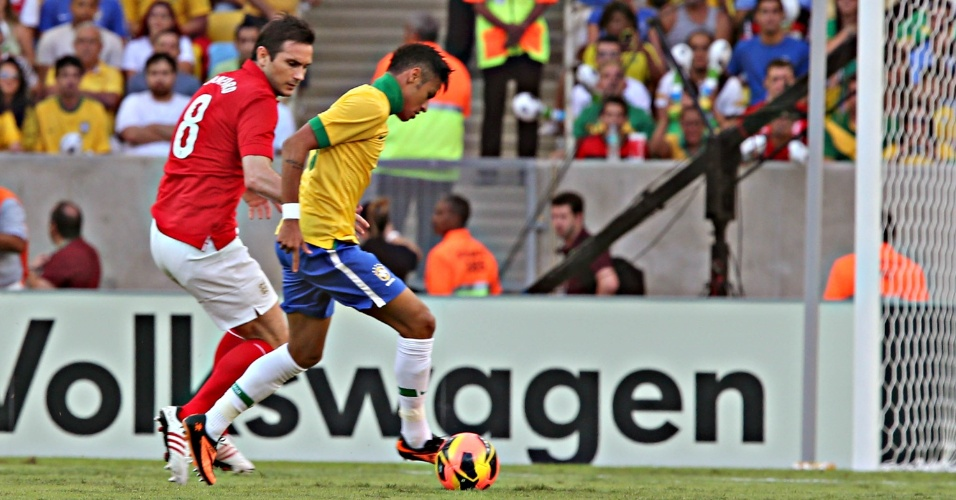 02.jun.2013 - Marcado por Lampard, Neymar avança na área da Inglaterra durante amistoso no Maracanã