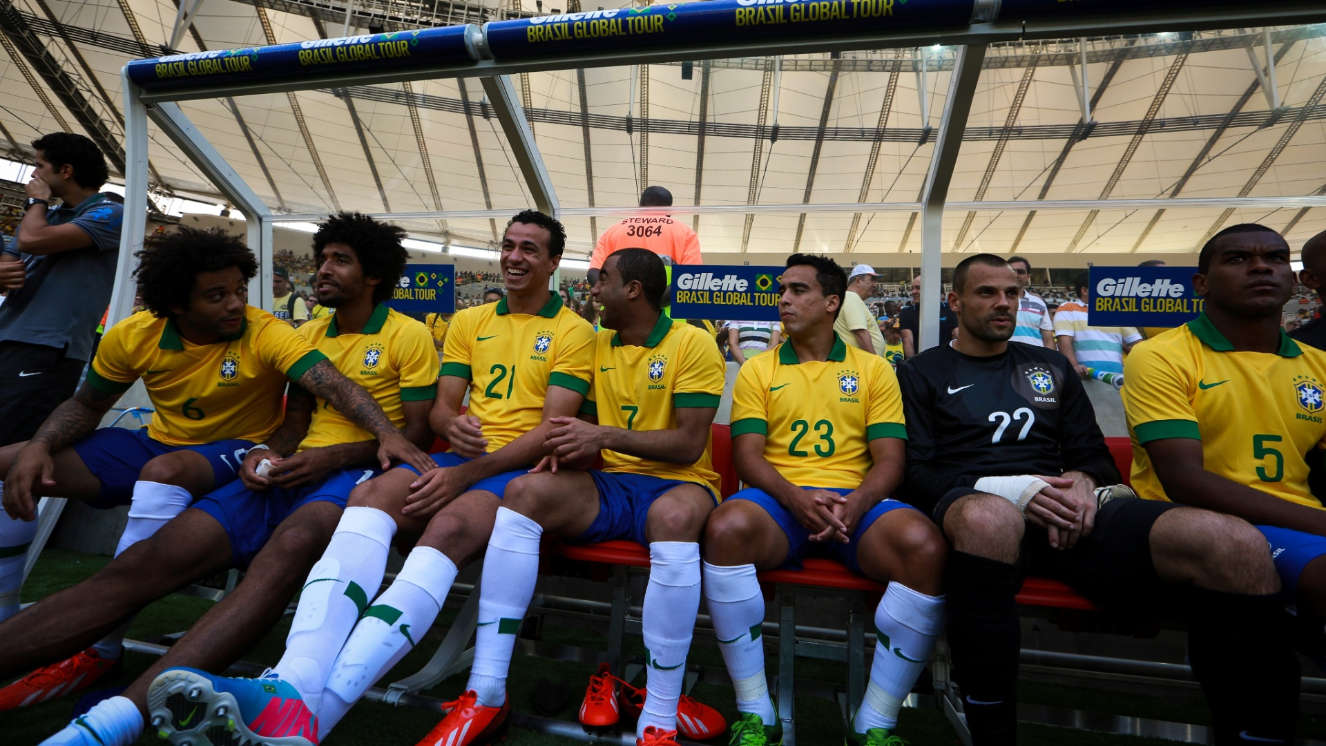 02.jun.2013 - Marcelo, Damião e Lucas dão risada no banco de reservas da seleção brasileira durante o primeiro tempo