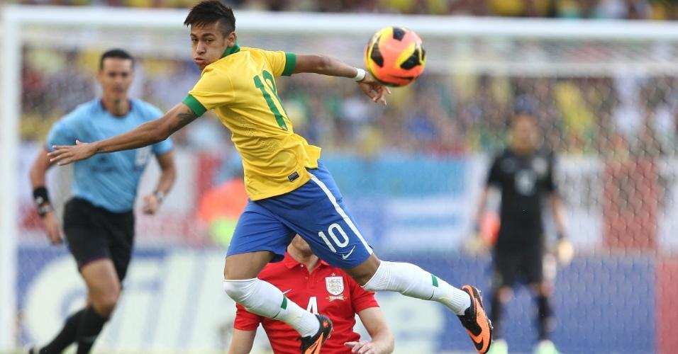 02.jun.2013 - Neymar é derrubado por carrinho de Michael Carrick durante amistoso entre Brasil e Inglaterra no Maracanã