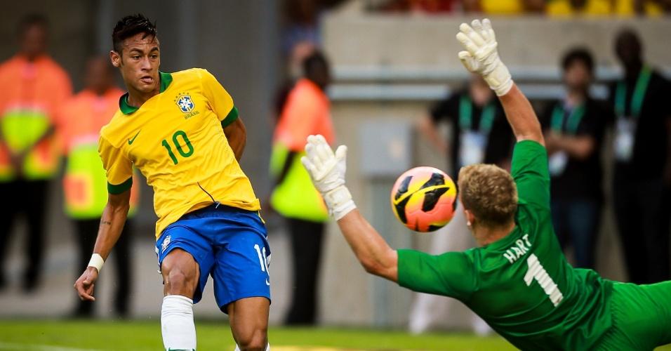 02.jun.2013 - Neymar fianliza e Joe Hart defende para a Inglaterra em amsitoso no Maracanã