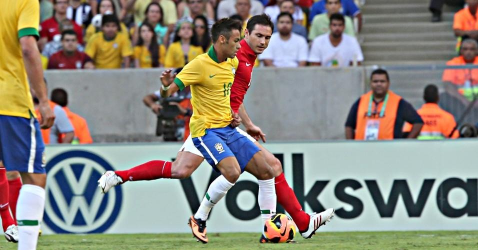 02.jun.2013 - Neymar leva o Brasil ao ataque na partida contra a Inglaterra no Maracanã