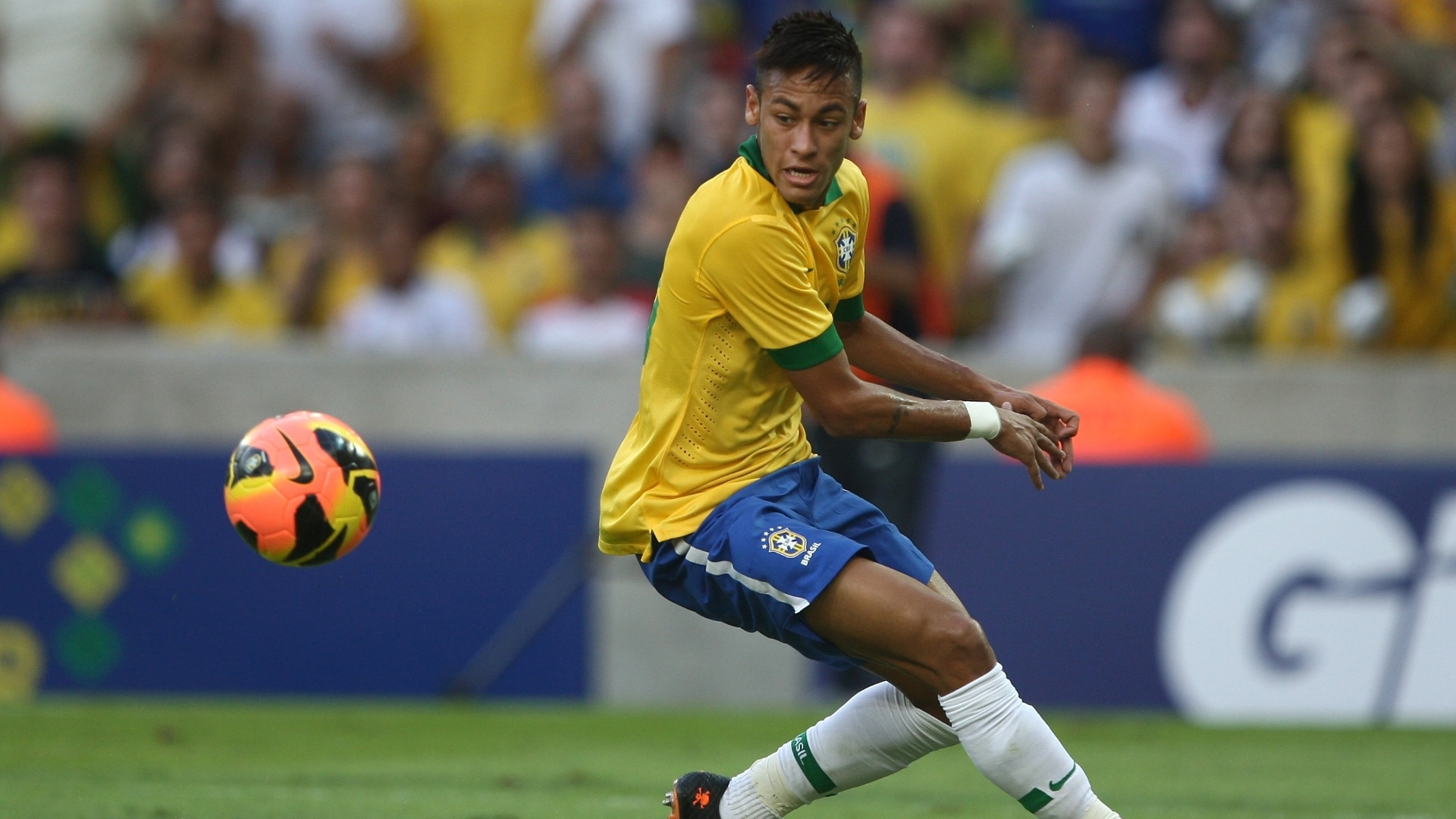 02.jun.2013 - Neymar observa a bola durante amistoso entre Brasil e Inglaterra no Maracanã