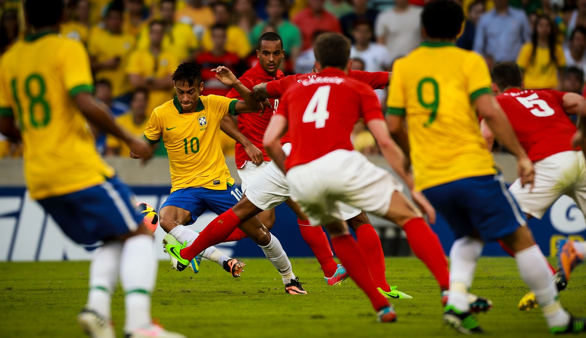 02.jun.2013 - Neymar tenta escapar da marcação inglesa no amistoso entre Brasil e Inglaterra no Maracanã