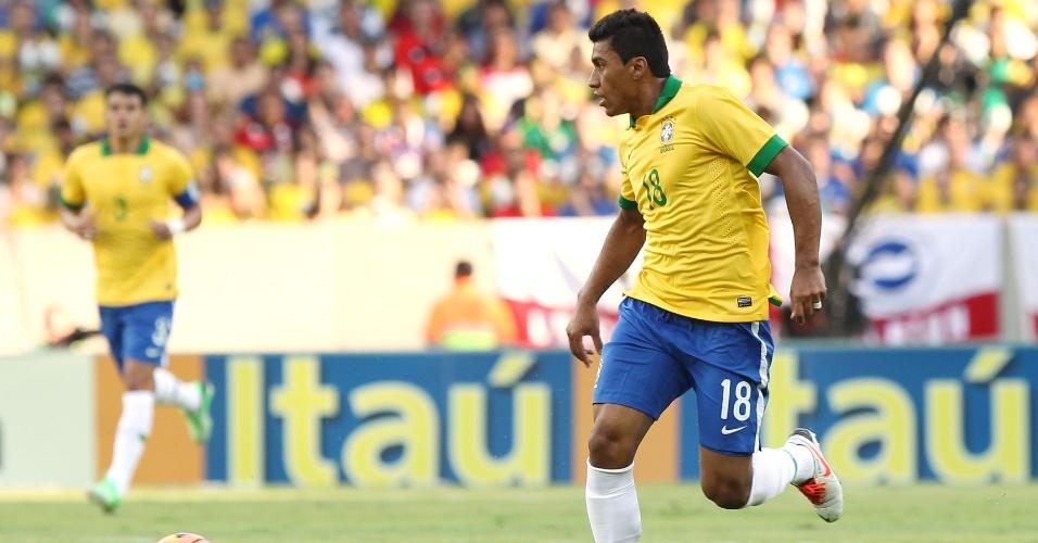 02.jun.2013 - Paulinho observa o jogo para dar o passe durante amsitoso contra a Inglaterra no Maracanã