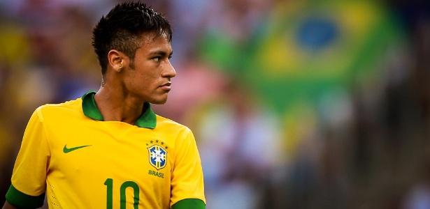 Sério, Neymar observa jogo da seleção contra a Inglaterra no Maracanã