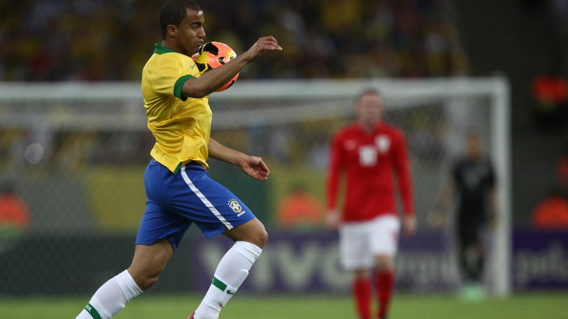 02.jun.2013- Lucas domina a bola no peito durante o segundo tempo de Brasil e Inglaterra no Maracanã