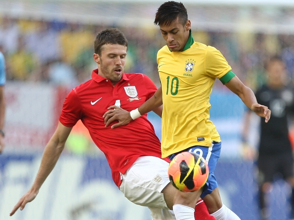 02.jun.2013- Neymar tenta fugir da marcação de Michael Carrick durante amistoso entre Brasil e Inglaterra no Maracanã