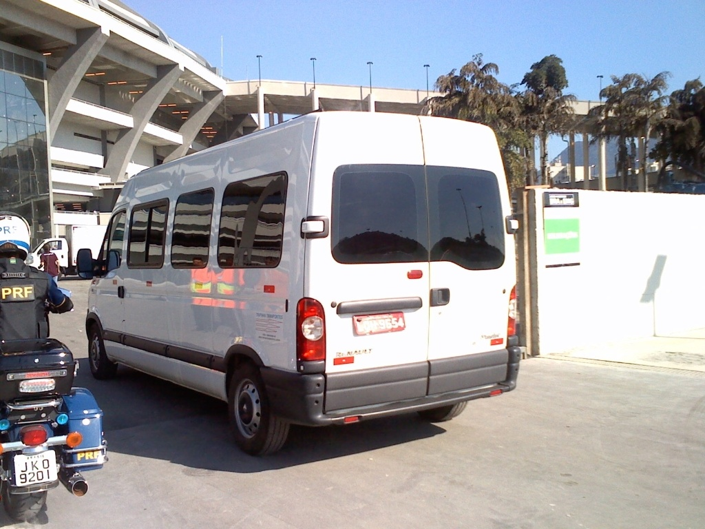Árbitro Wilmar Roldán e auxiliares chegam ao estádio do Maracanã