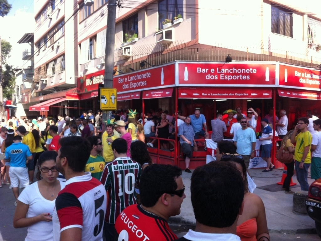 Bares próximos ao Maracanã ficam cheios antes do amistoso