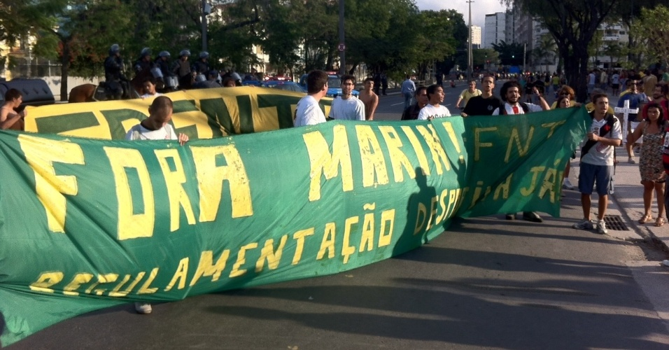 Frente Nacional dos Torcedores protesta nos arredores do Maracanã contra o presidente da CBF, José Maria Marin