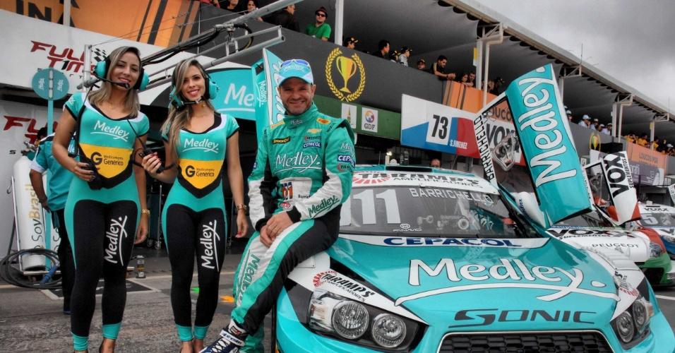 Grid girls posam com Rubinho Barrichello nos boxes do Grande Prêmio de Brasília