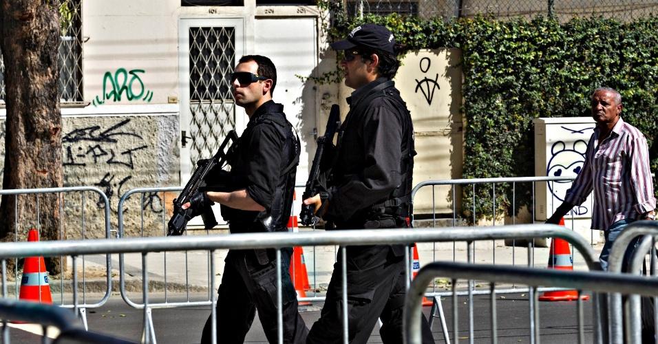 Policiais circulam pelo estádio do Maracanã