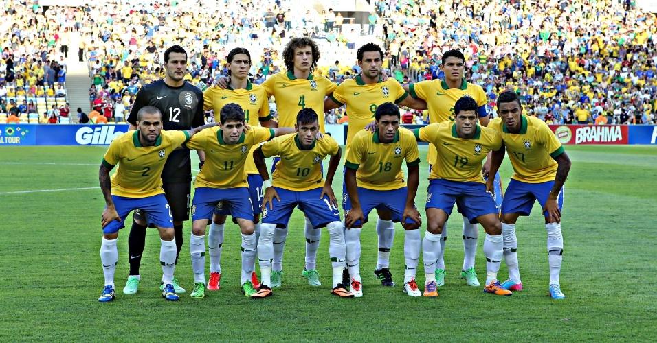 02.jun.2013 - Seleção brasileira posa para foto oficial antes do amistoso contra a Inglaterra no Maracanã