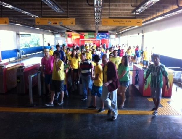 Torcedores chegam para a partida entre Brasil e Inglaterra pela estação Maracanã do metrô