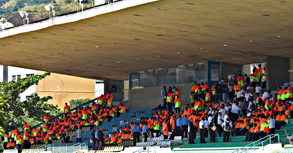 Voluntários que ajudarão na organização do duelo entre Brasil e Inglaterra também já estão no Maracanã