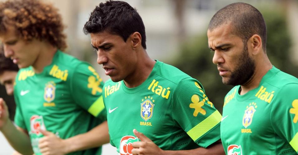 04.jun.2013 - David Luiz, Paulinho e Daniel Alves participam de treinamento da seleção brasileira em Goiânia, nesta terça-feira