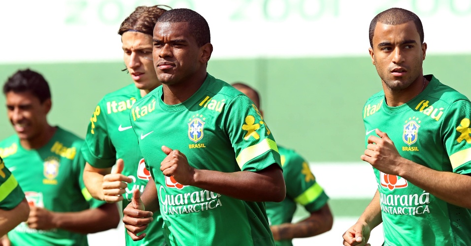 04.jun.2013 - Filipe Luis, Fernando e Lucas participam de treino da seleção brasileira em Goiânia