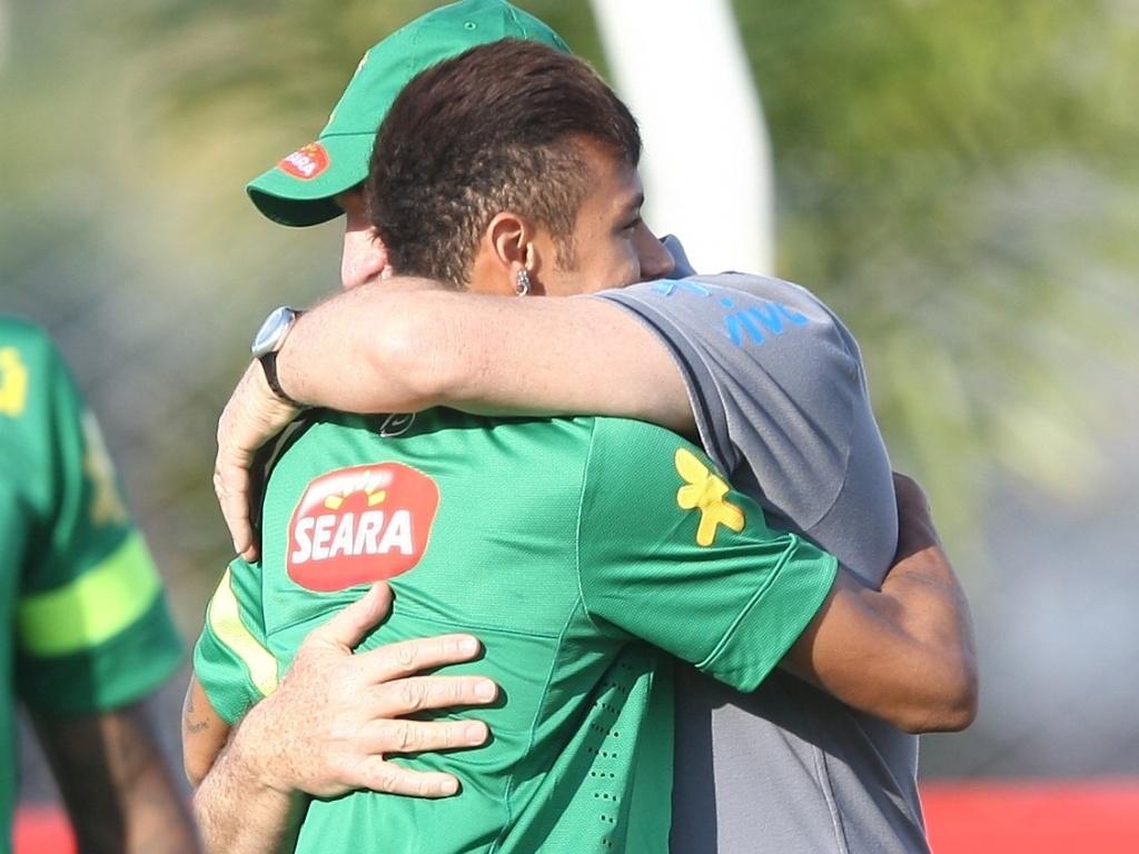04.jun.2013 - Neymar abraça Felipão após chegar de Barcelona e se apresentar para a seleção brasileira em Goiânia, nesta terça-feira