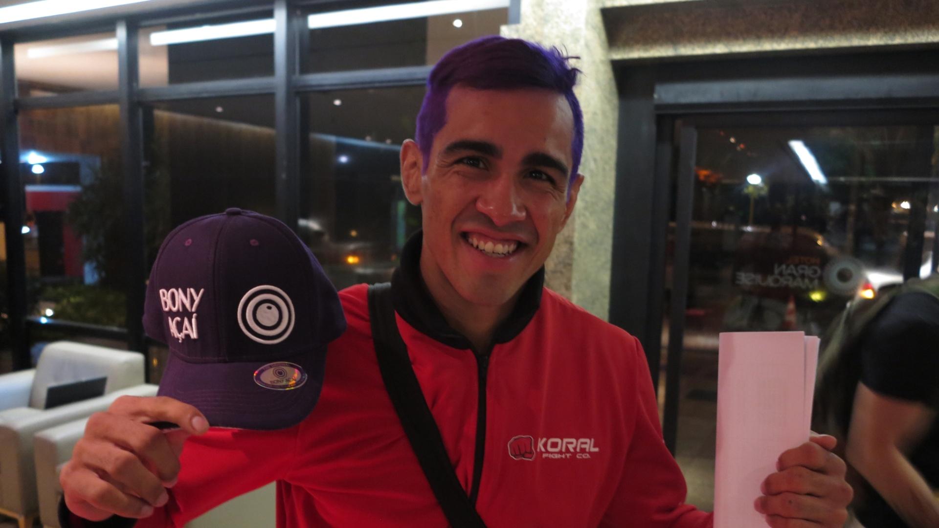 Godofredo Pepey mostra os cabelos roxos, pintados especialmente para lutar no UFC de Fortaleza, em sua casa, neste sábado