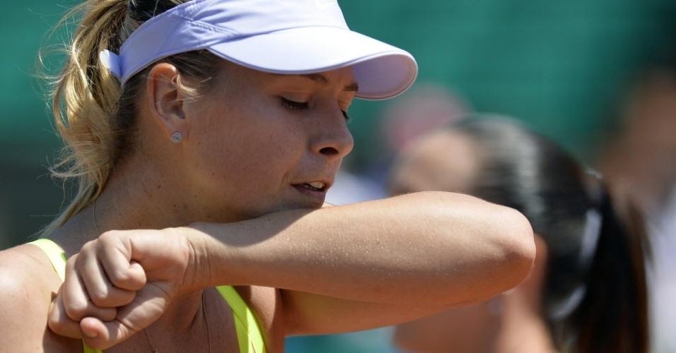 05.jun.2013 - Maria Sharapova limpa suor durante a disputa das quartas de final em Paris contra Jelena Jankovic