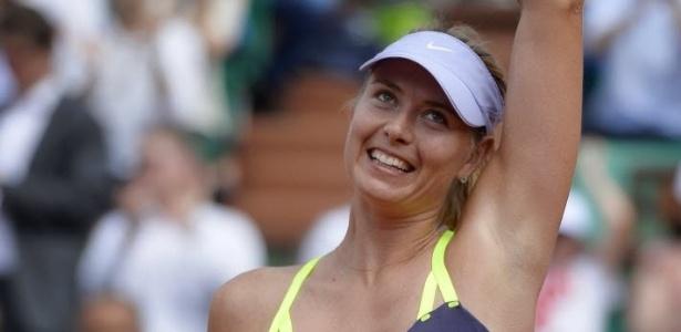05.jun.2013 - Maria Sharapova sorri e acena para o público após virar contra Jelena Jankovic e se classificar para as semifinais em Paris